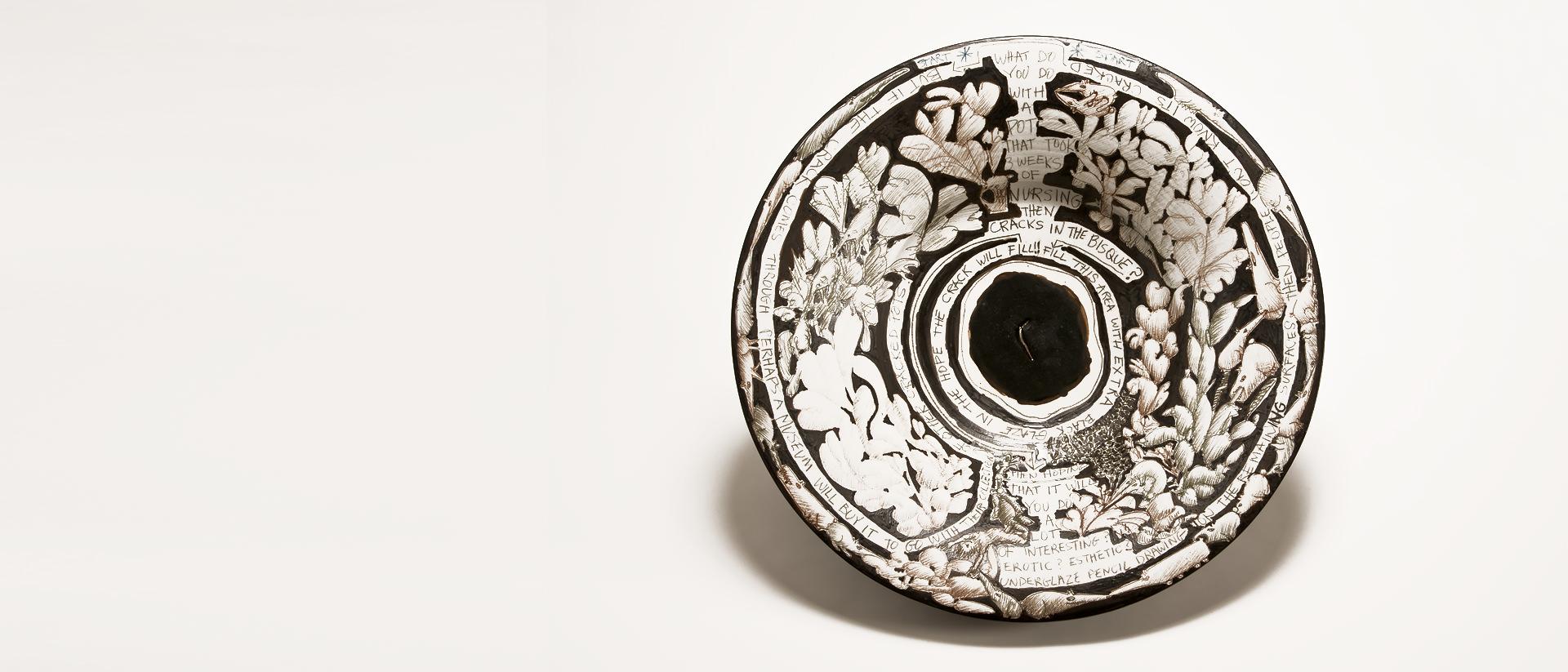 Jack Sures, What do you do with a pot, 1988, porcelaine à engobe noir et à décor sous émail avec écriture au stylo, 59,8 cm de diamètre x 13 cm de haut. Collection de la MacKenzie Art Gallery.