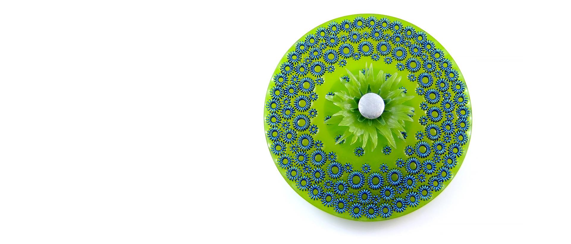 Pamela Ritchie, Untitled, broche, résine, parawire, argent sterling, diamètre : 8 cm x 1,5 cm (profondeur). Collection privée, Canada. Photo de l'artiste