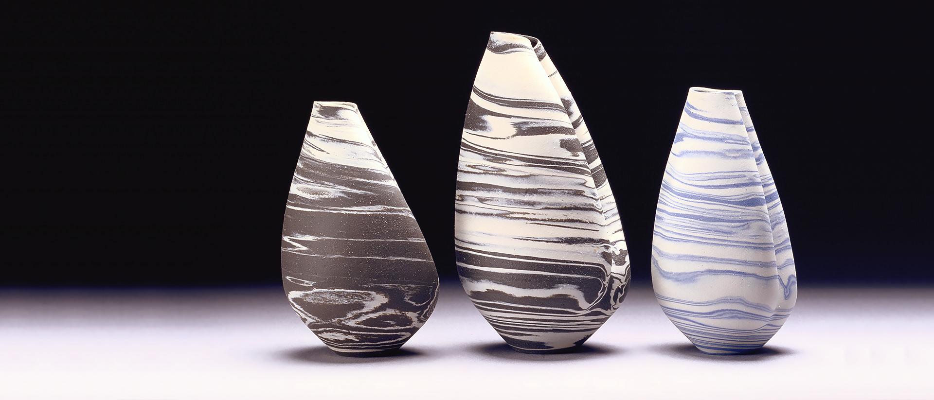 Robin Hopper, Formes de coquillages No 5, 1 et 2, 1974, céramique, de gauche à droite :  No 5 : 20 cm x 12 cm (86-115), No 1 : 26 cm x 14 cm (86-113), No 2 : 20 cm x 13 cm (86-114).  Collection : Musée canadien de l'histoire